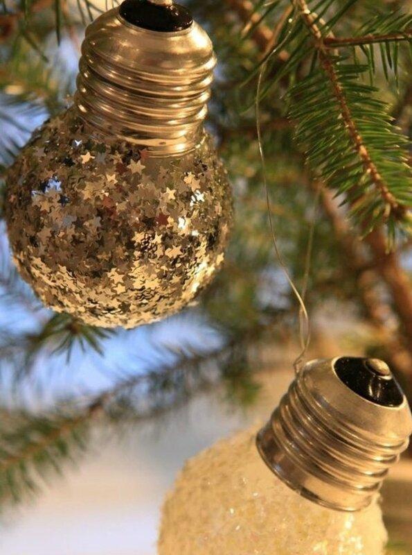 ampoules-électriques-transformé-en-jolie-décoration-pour-votre-sapin-de-noel-bricolage-noel-idee-fantastique-archzine