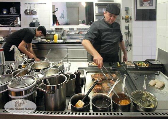 CASTANET_TOLOSAN_La_Table_des_Merville_Thierry_Merville_en_cuisine_