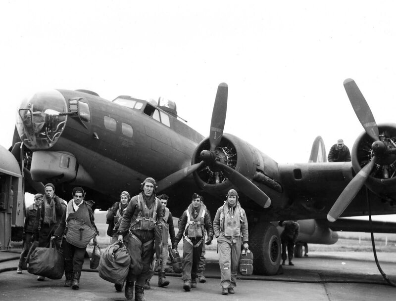 381st_Bomb_Group_Boeing_B-17G_Flying_Fortress_crew_returns_from_Frankfurt_1944
