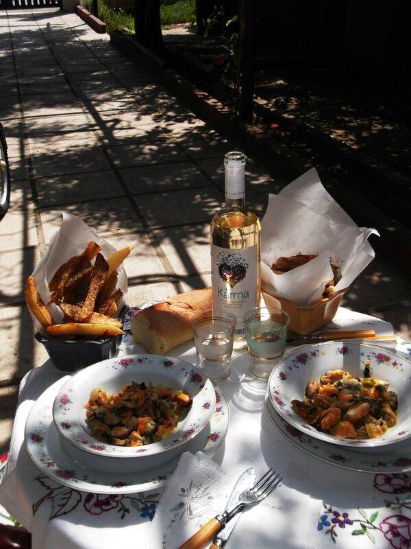 A la cantine, on déjeune en terrasse.