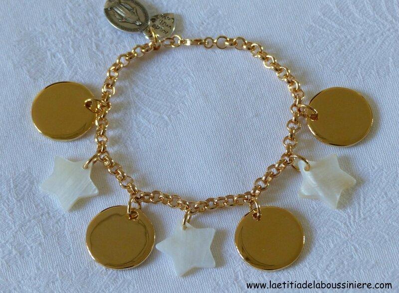 Bracelet sur chaîne plaqué or composé de 4 médailles rondes en plaqué or et de 3 étoiles en nacre