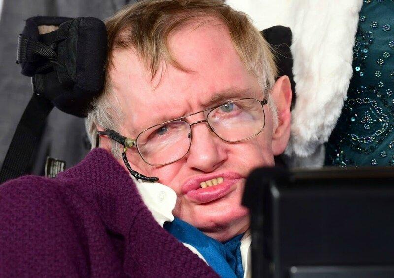 Stephen-Hawking-a-la-premiere-d-Une-Merveilleuse-Histoire-du-Temps_portrait_w858