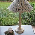 Lampe avec abat-jour confectionné fleuri - 45 €