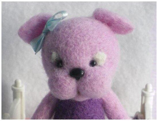 MAUVIETTE, petite chienne en laine feutrée à l'aiguille