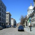 Rue de pavés et à droite, le Marché Bonsecours