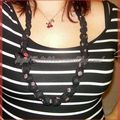 Collier tissus brillants 'soleil' noir et corail long