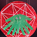 Petite araignée tisse sa toile