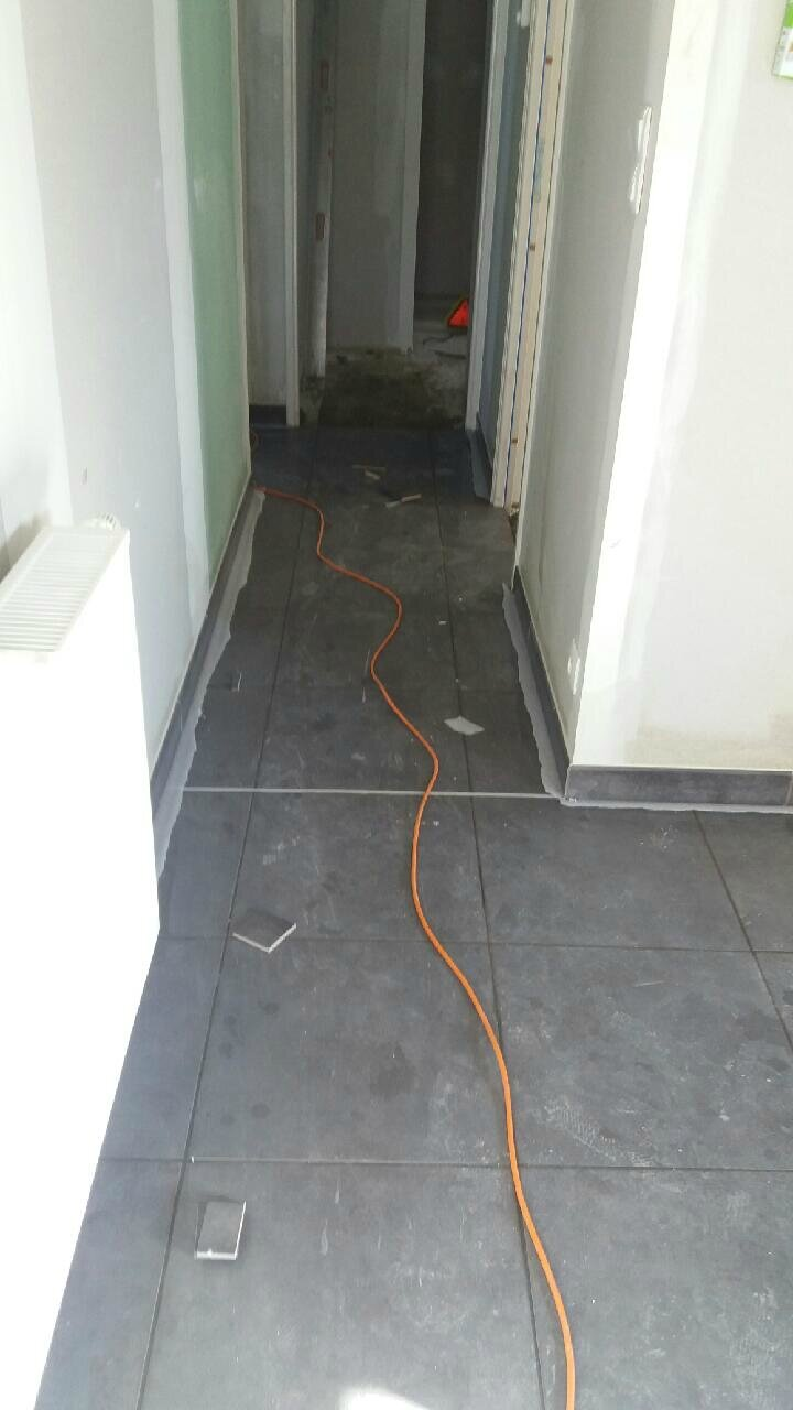 Le carrelage la suite construction de notre maison for Carrelage maison