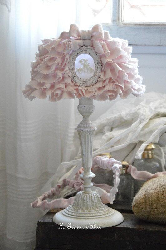 Lampe-de-chevet-shabby-chic-et-romantique-lampe-de-charme-pied-de-lampe-patine-lin-avec-abat-jour-froufrou-volant-ornement-resine-monogramme-broderie-machine