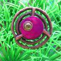 Une bague metal cercle fushia