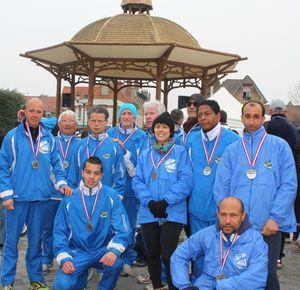 Photo de groupe aux foulées villeneuvoises 2013 avec la médaille de Bernard VERITE