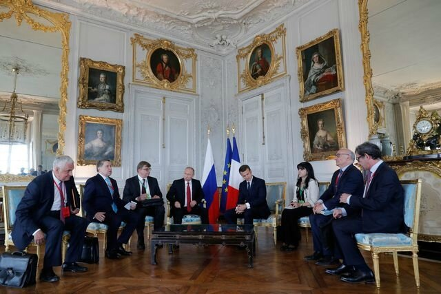 french-president-emmanuel-macron-meets-with-russian-president-vladimir-putin-at-the-chateau-de-versailles-before-the-opening-of-an-exhibition-mark (1)