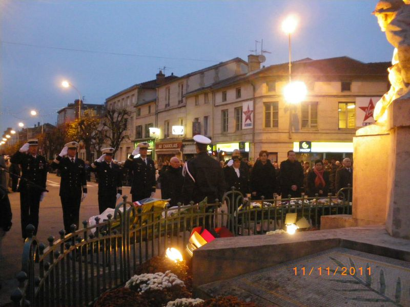 Cérémonie du 11 novembre 2011 à Bar Le Duc: dépot de gerbe