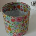 Un pot à crayon en vernis collage, motif printanier.