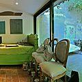 Atelier Le Meuble du Photographe. Pièce meubles de famille et extérieur. Panoramique.