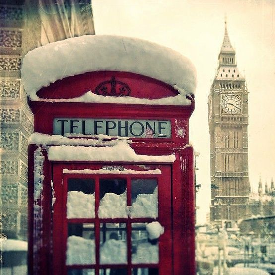 burgendy cabine telephone anglaise