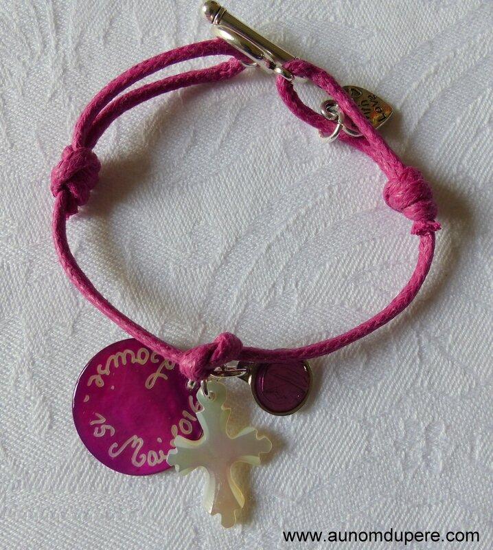 Bracelet sur cordon médaille en nacre fushia gravée, Croix en nacre de Jérusalem 20 mm et mini médaille émaillée ronde de la Vierge
