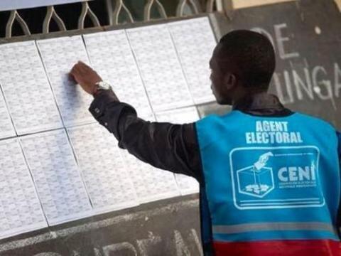 Un agent de la CENI consultant les listes des enrôlés. *Ph: Politico.cd