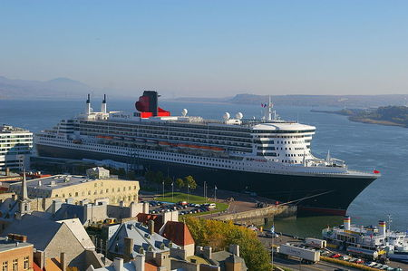 800px_Queen_Mary_2_Quebec