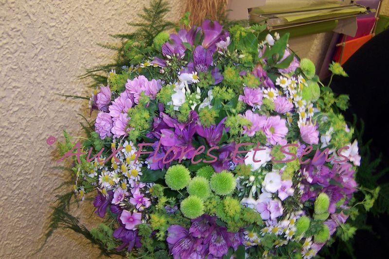Bouquet rond avec Alstroëmerias et Santini