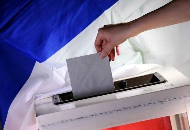 317053_un-bulletin-de-vote-est-depose-dans-une-urne