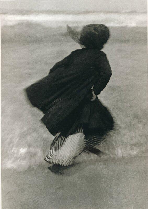 Scan réduit 99-01-06 1 Guitty (Marguerite Bourcart) à Biarritz 1905 Lartigue