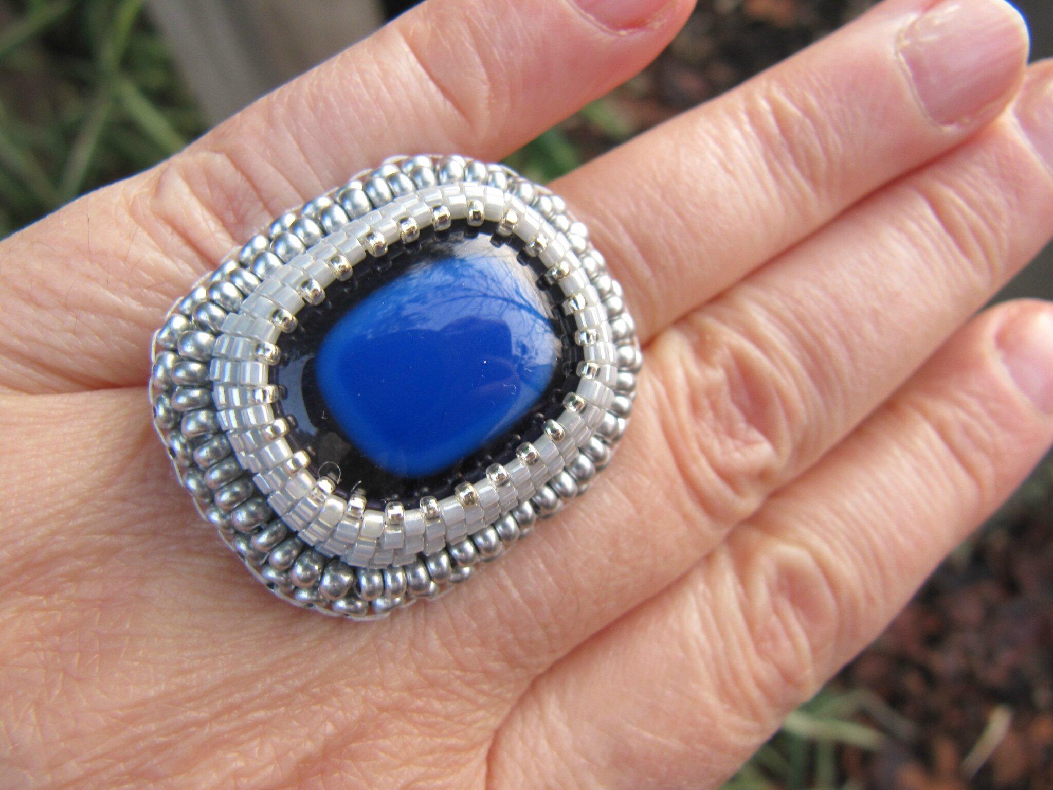 Bague brodée bleu cobalt.