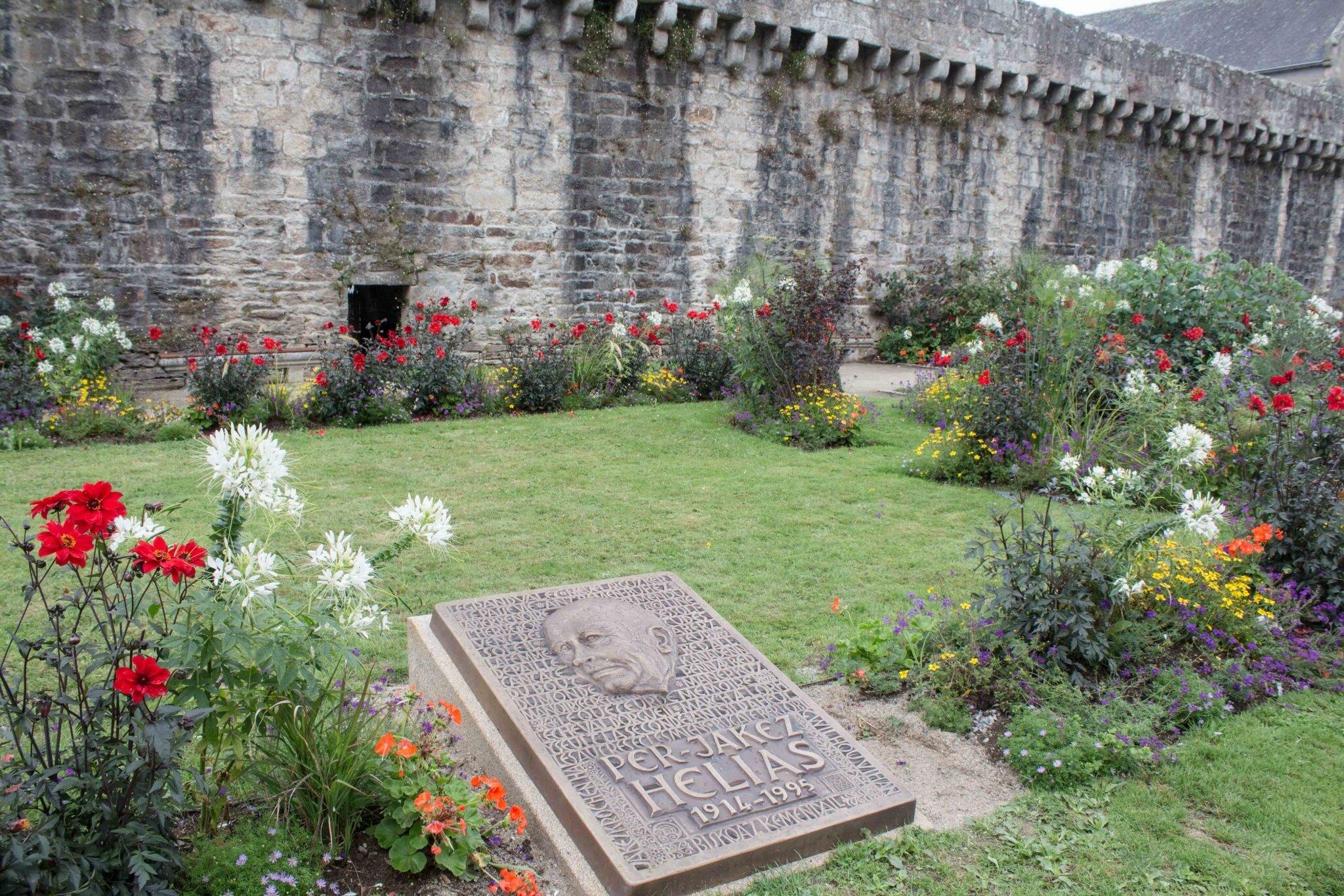 Hélias a son monument, mais Quimper et le breton : peut vraiment mieux faire !