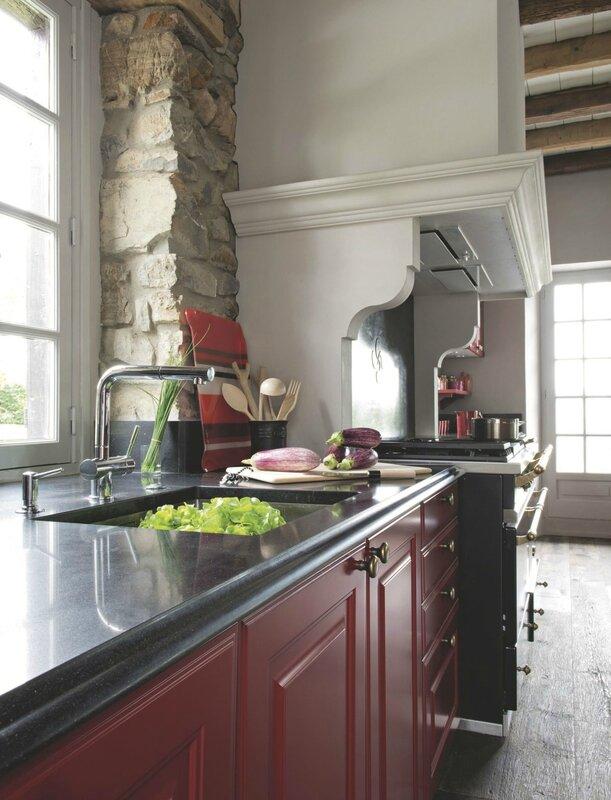 un-coin-de-la-grande-cuisine-ouverte-flamboyante_5444907