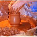 Naissance d'un vase sur un tour de potier...