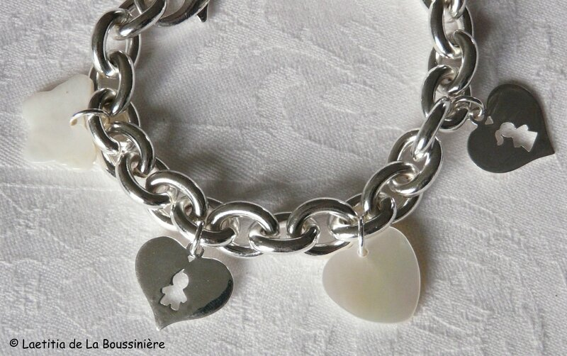 Bracelet chaîne plaqué argent ovale, breloques nacre et argent massif (détails)