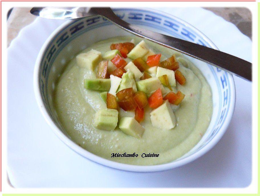 Velouté Glacé Aux Avocats et Courgettes et en dessert des Pêches Pochées à la Verveine
