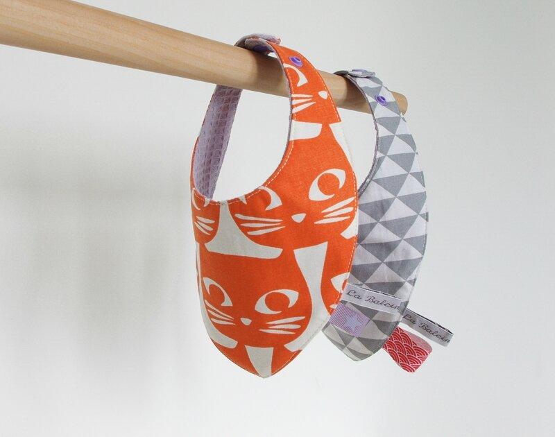 bavoir bandana tête de chat orange mauve et triangle gris