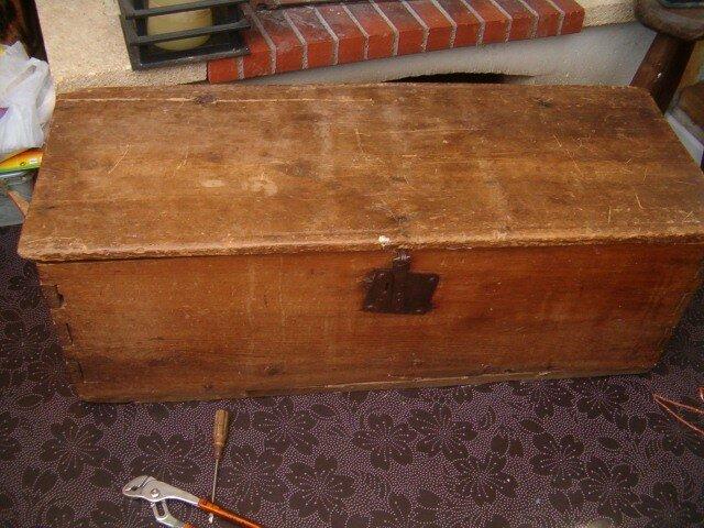Voil un vieux coffre couture et broderie - Coffre en bois a peindre ...