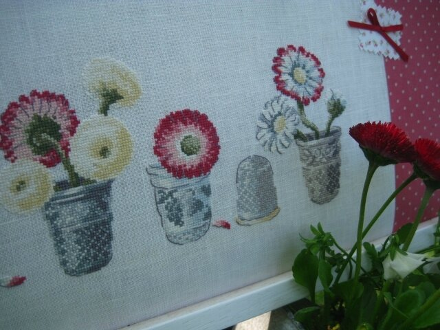 Pâquerettes brodées et fleurs