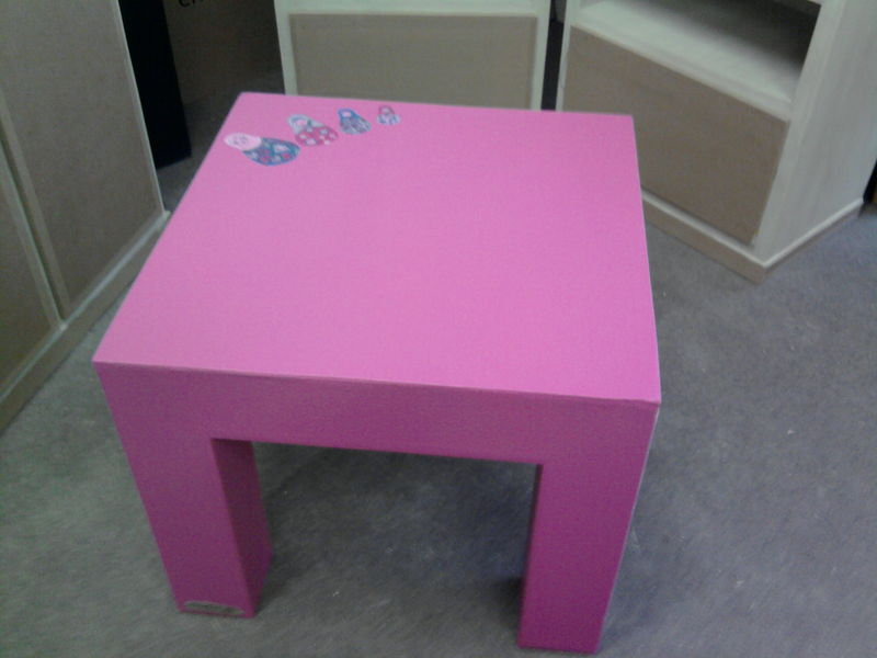 une nouvelle table basse pour enfant mobilier en carton. Black Bedroom Furniture Sets. Home Design Ideas