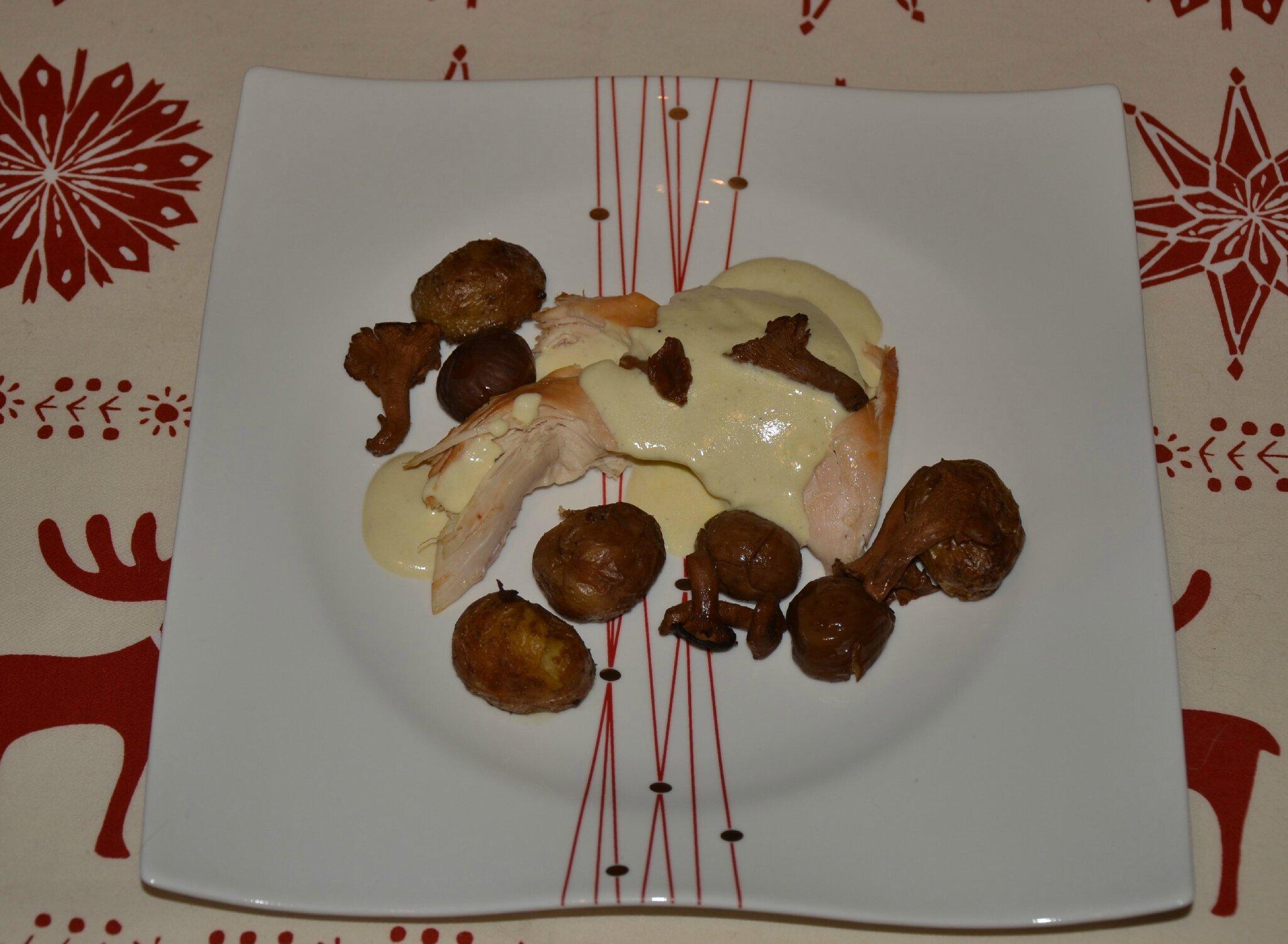 Chapon de Noël, pomme de terre grenailles, girolles, marrons et sauce au foie gras