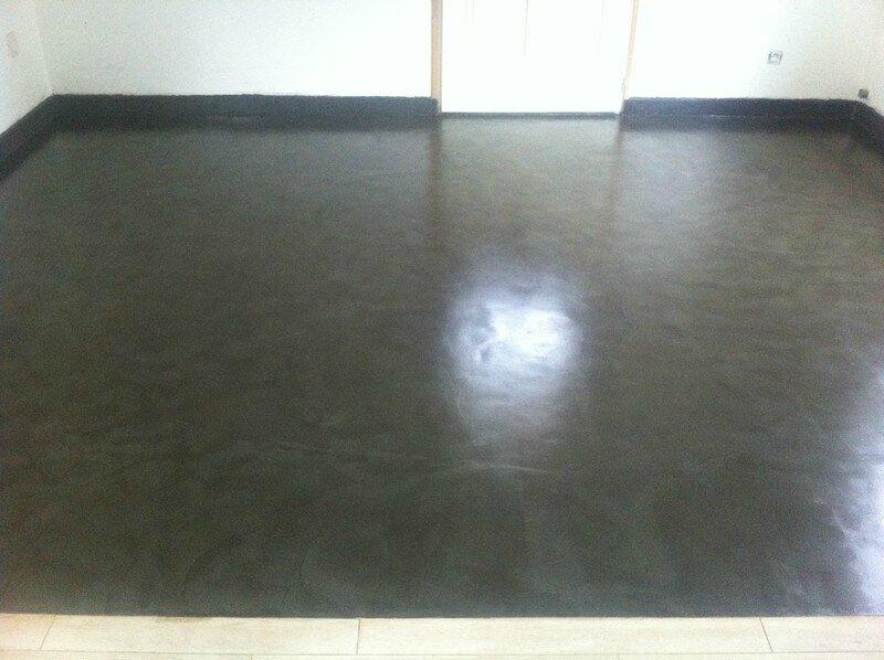 Sol de cuisine en b ton cir noir innov 39 beton for Beton cire sol cuisine