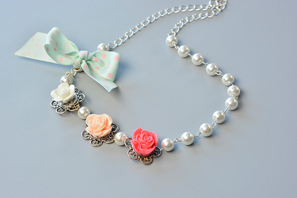 how-to-make-a-beaded-flower-necklace-with-white-pearl-beads-and-ribbon-bowknot-2