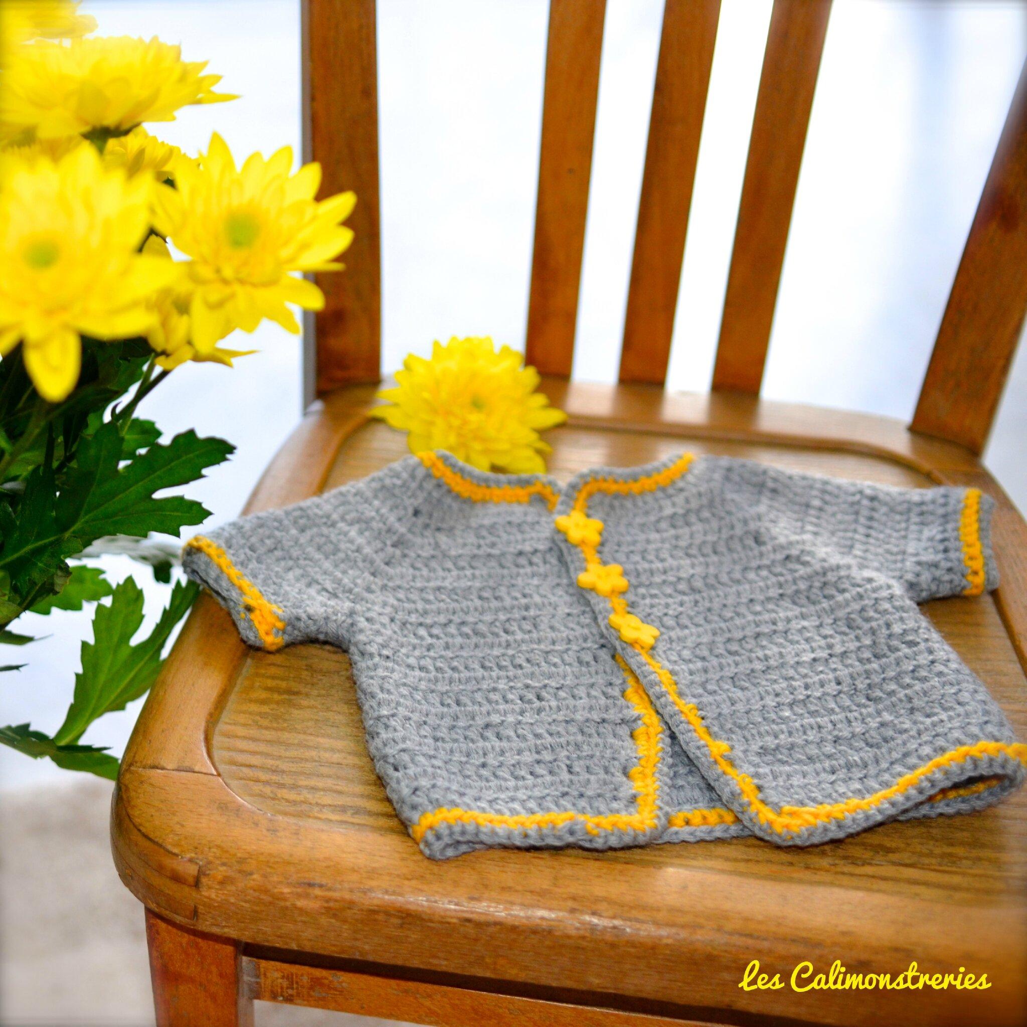 Gilet naissance gris et jaune au crochet.