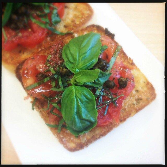 Tartines tomates, basilic et câpres 2