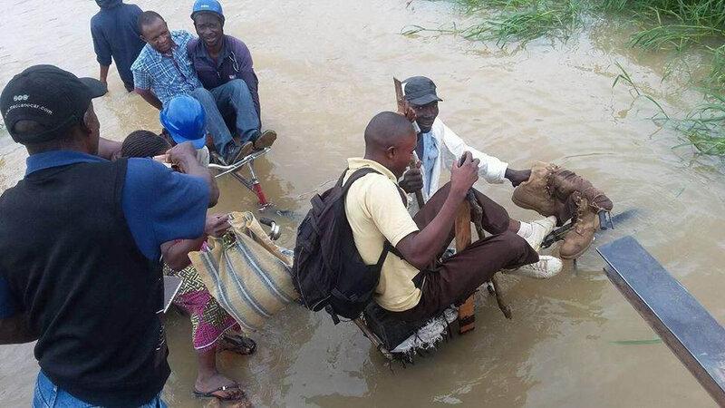 Lubumbashi: Des vélos pour traverser une rivière sans pont. *Photo: Terrance K.