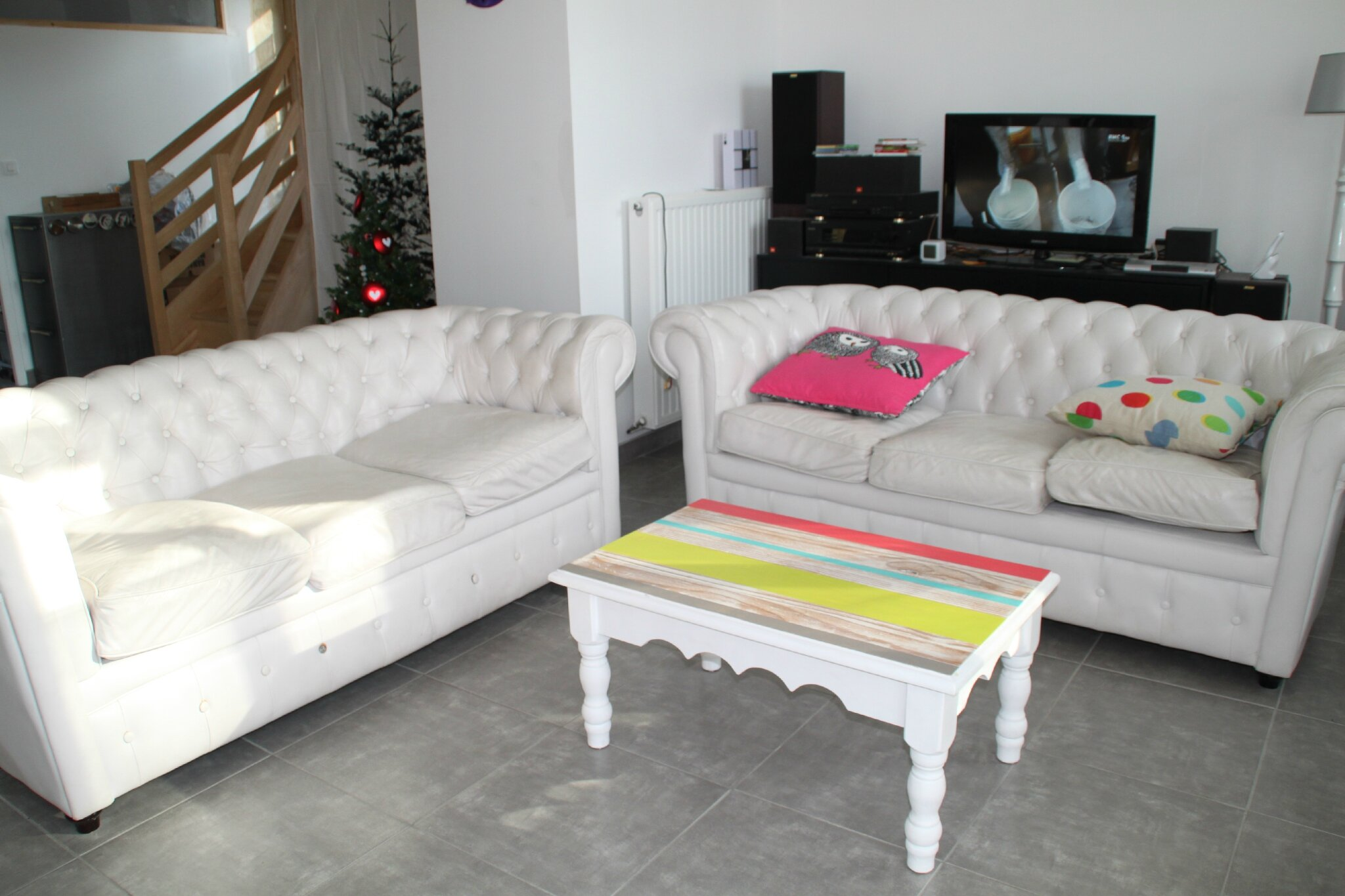 Le canap chesterfield blanc diy relooking mobilier for Les canapes de salon