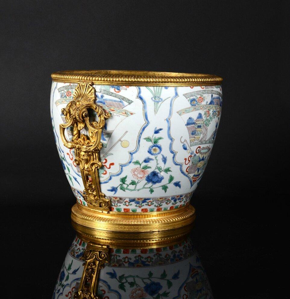 Grand cache pot en porcelaine de Chine, époque Kangxi. Monture en bronze ciselé et doré, époque Louis XIV, vers 1700