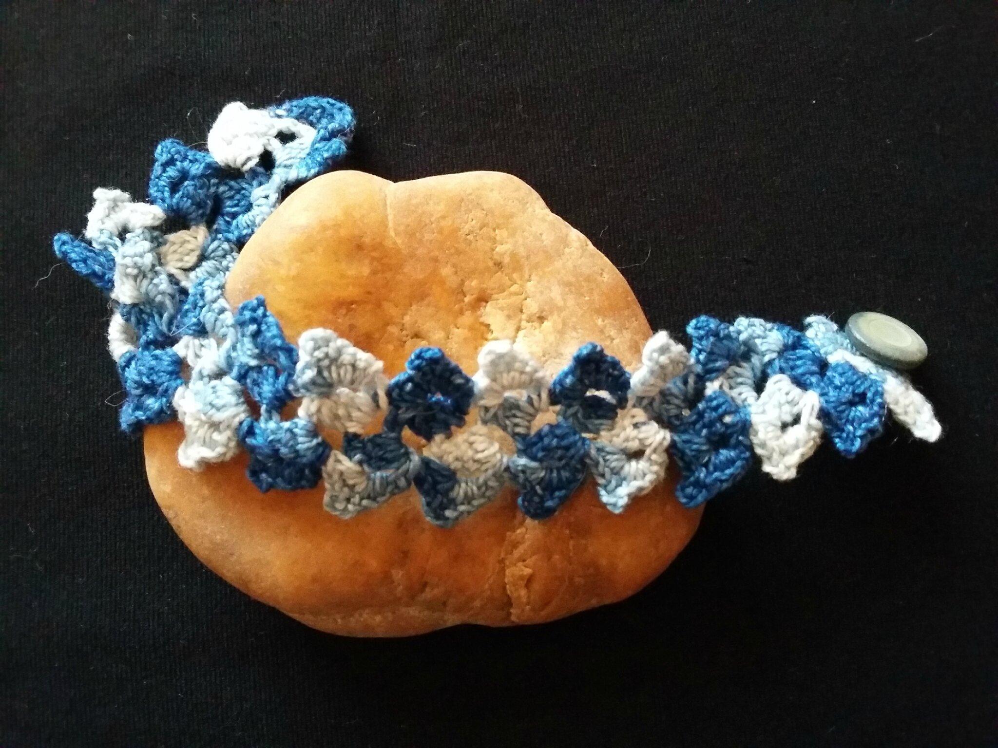 Bracelet fleuri bleu