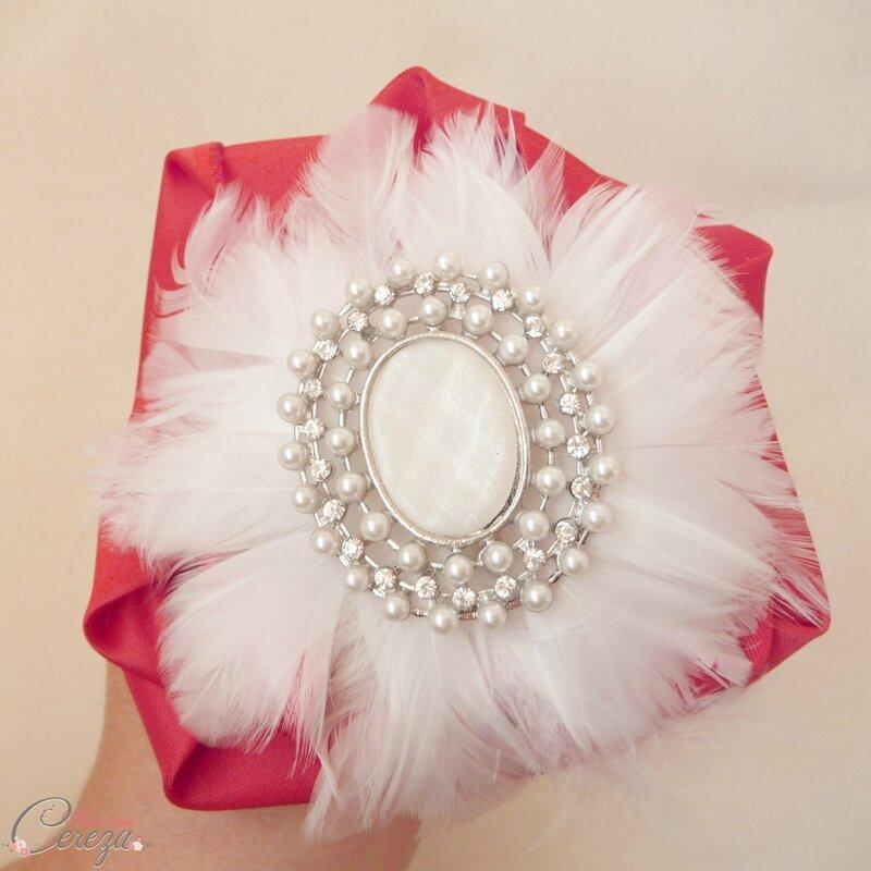 fleur-plumes-ivoire-broche-bouquet-bijoux-mariage-melle-cereza-deco