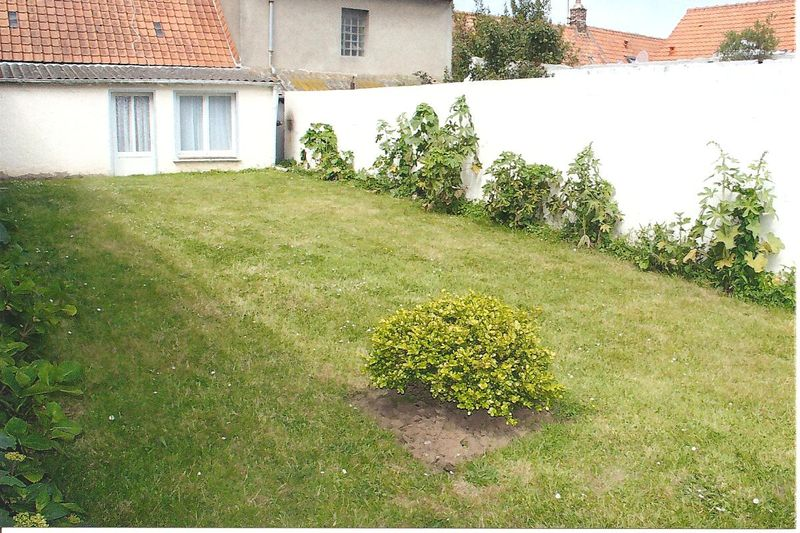 Jardin arri re c t mur blanc photo de 2 villa rosita for Mur de jardin mitoyen