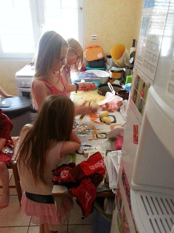 les filles en cuisine famille nombreuse famille heureuse maman de 8 loulous fnfh famille xxl. Black Bedroom Furniture Sets. Home Design Ideas