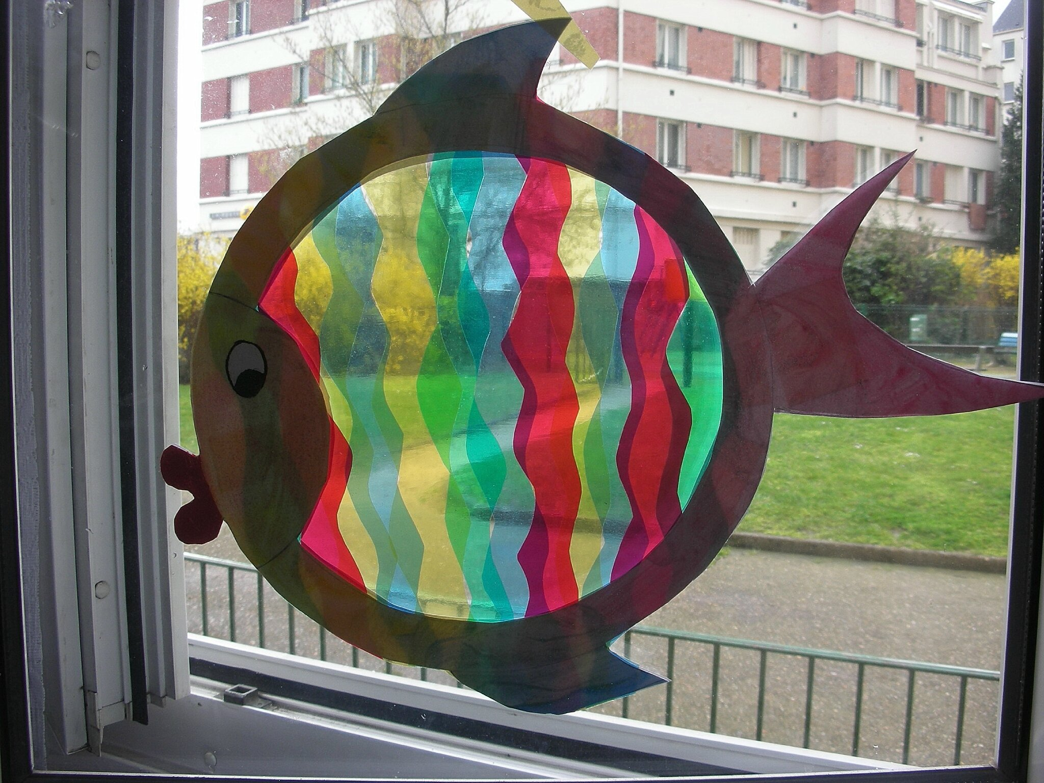 Poisson arc en ciel d coration pour les fen tres la for Decoration fenetre clown