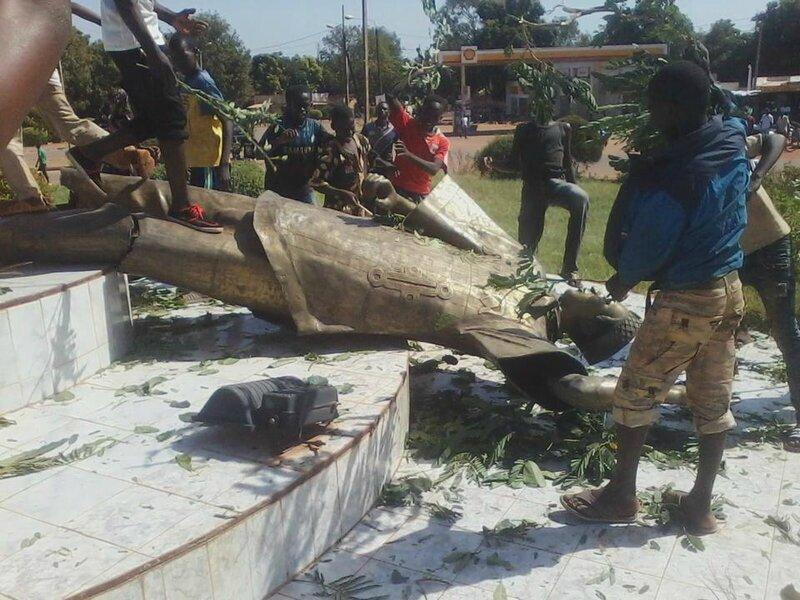 monument Compaoré renversé